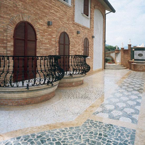 """Pavimentazione esterna in marmo Bianco Carrara e Verde Alpi - Palladiana anticata - Fasce di contenimento in marmo Giallo Reale. Di particolare effetto la posa a """"coda di pavone""""."""