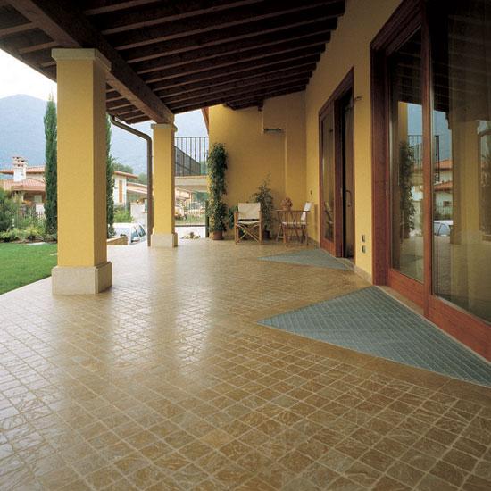 Portico in ciottolato 10x10 posato in diagonale in marmo Giallo Reale