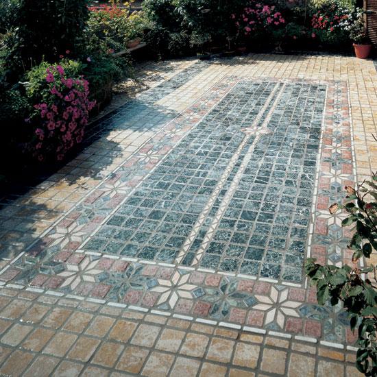 Esterno in ciottoli di marmo 10x10 Rosa Antico e Botticino posato in diagonale. Al centro rosone nei colori Rosa Antico, Rosso Asiago e Botticino.