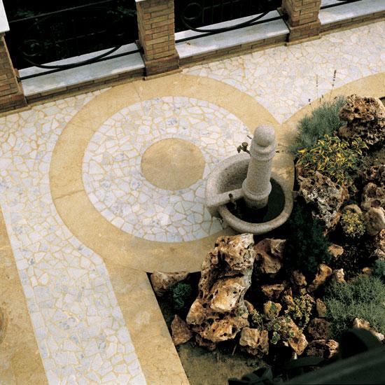 Palladiana anticata in Bianco Carrara e fasce in Giallo Reale