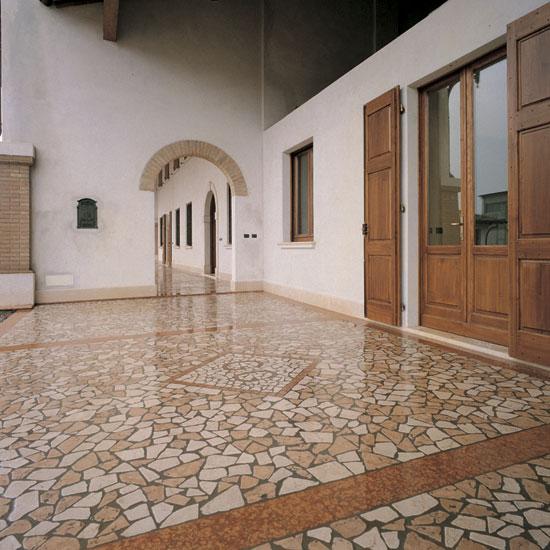 Palladiana anticata in marmo Botticino, e Rosa Antico al centro. Fasce in Rosso Asiago.