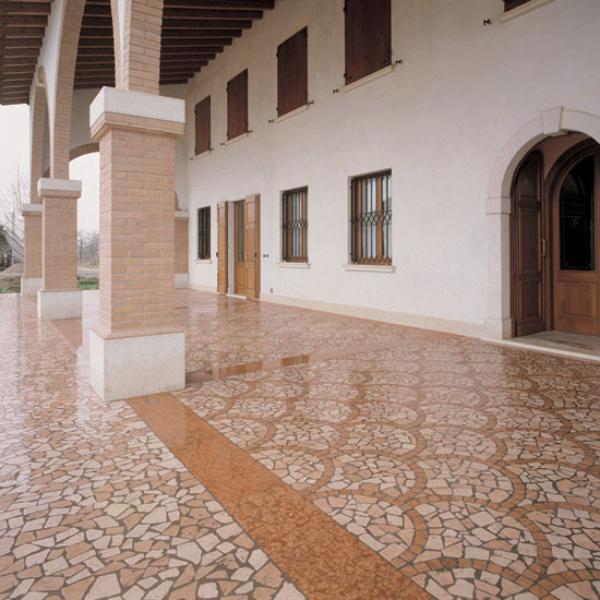 Palladiana anticata in marmo Botticino, e Rosa Antico al centro. Contorno in Rosso Asiago 5x5