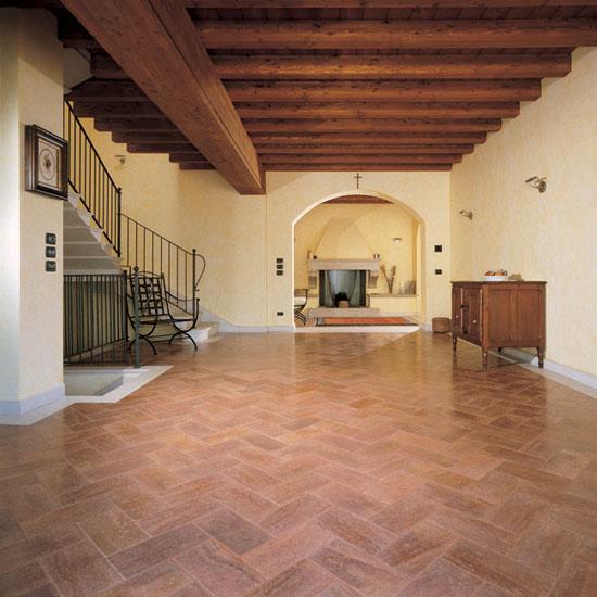Pavimento in Travertino Rosso Persiano 30.5x15. E' di notevole rilevanza il sistema di posa di questo materiale assai pregiato, che valorizxza ancor di più l'ambiente stesso.