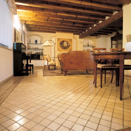 Pavimento in Botticino 10x10. Posa diagonale con greca perimetrale in Rosso Asiago e Botticino.