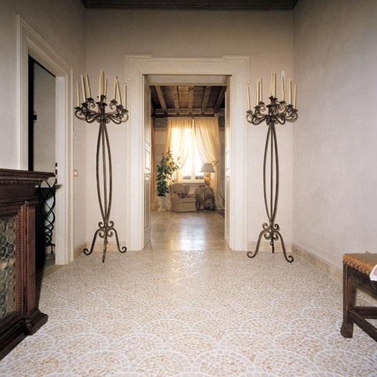 """Ingresso in Palladiana anticata, posa a """"coda di pavone"""" in Travertino Scabas e tozzetto in Giallo d'Istria 3x3."""