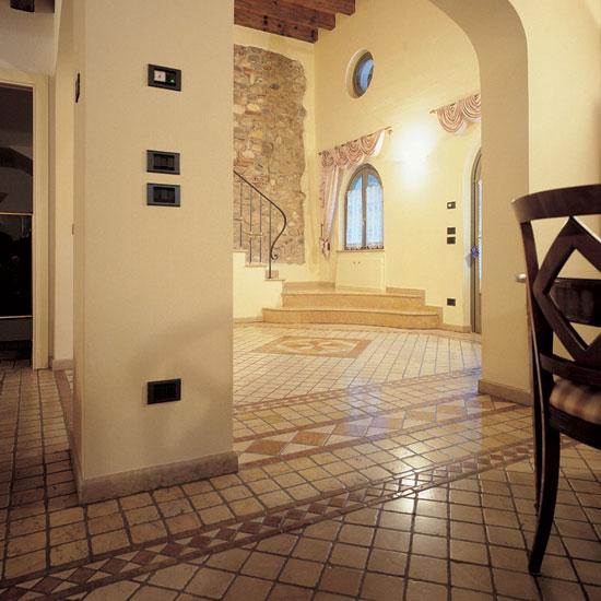 Pavimento in Botticino e Giallo Reale 10x10 con intarsi in Rosso Asiago, Giallo Reale, e Botticino.