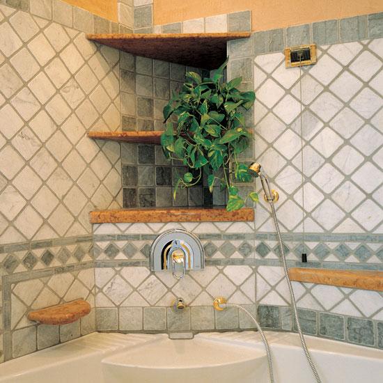 Rivestimento pareti in Bianco Carrara 10 x 10 con intarsi di Bardoglio 10 x 10 e greca bicolore.