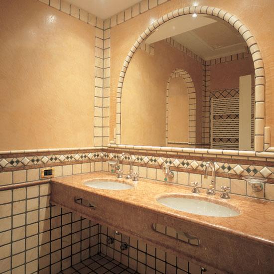 Particolari che impreziosiscono la stanza da bagno in Rosa Portogallo e la greca con gemme in rilievo di marmo Statuario.