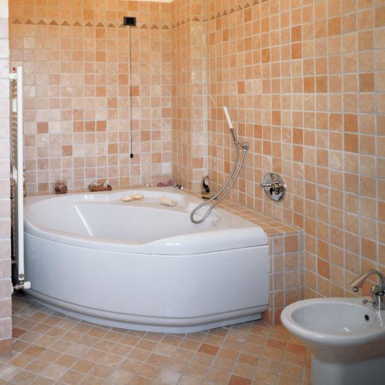 Stanza da bagno in Rosa Antico 10 x 10 con greca in Rosso Asiago e Rosa Anticato.