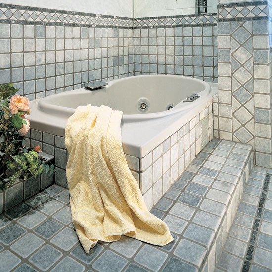 Stanza da bagno in Bardiglio 10 x 10 con greca in Nero Marquinia, Bianco Carrara e Bardiglio.