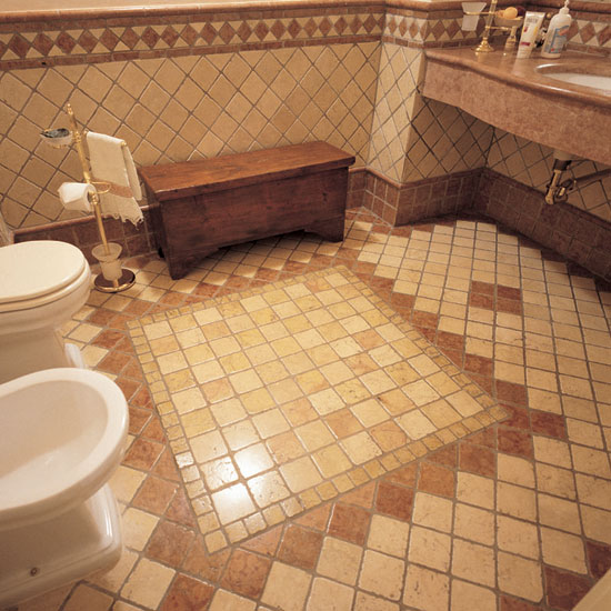 Stanza da bagno in Botticino e Rosso Asiago 10 x 10 con greca bicolore. Il sistema di posa dei colori rende più importante l'ambiente.