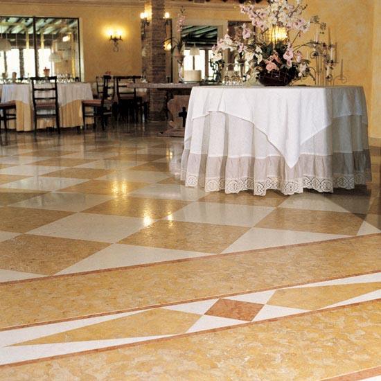 Intarsio di marmo Rosso Asiago, Bianco Perlino e Giallo Reale in pavimentazione con posa a dama diagonale.