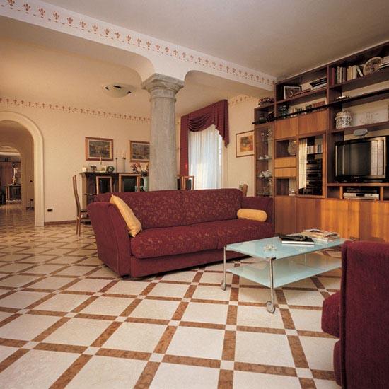 Pavimento in Botticino 30.5 x 30.5 cm con listello in Rosso Asiago 30,5 x 7 cm e tozzetto in Botticino 7 x 7 cm