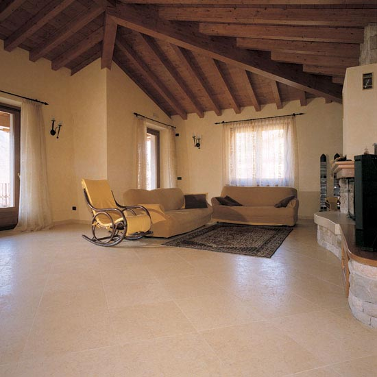 Pavimento in marmo Giallo Orientale 50 x 50 cm. Posa in diagonale.