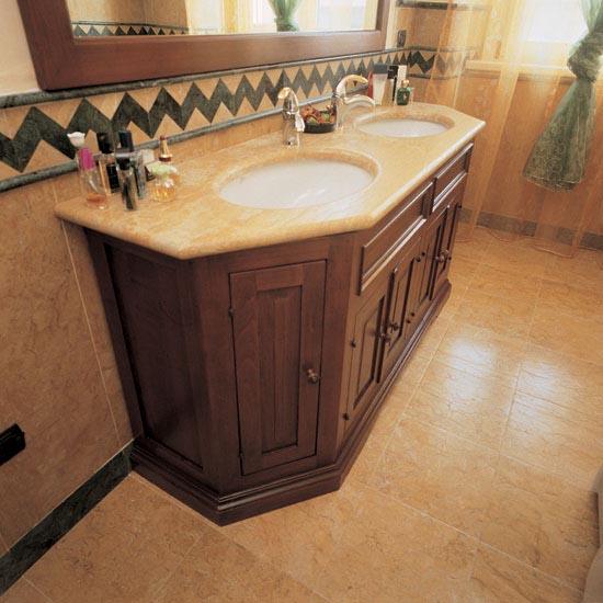 Pavimento in Giallo Reale 30.5 x 30.5 cm abbinato al top bagno sempre in Giallo Reale con fori lavabo sottopiano.