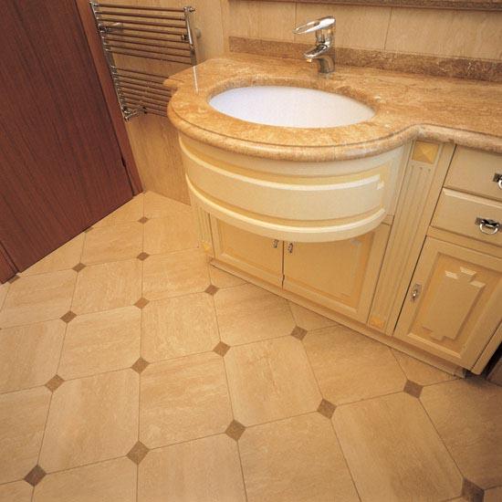 Stanza da bagno realizzata in Travertino Classico e Travertino Noce
