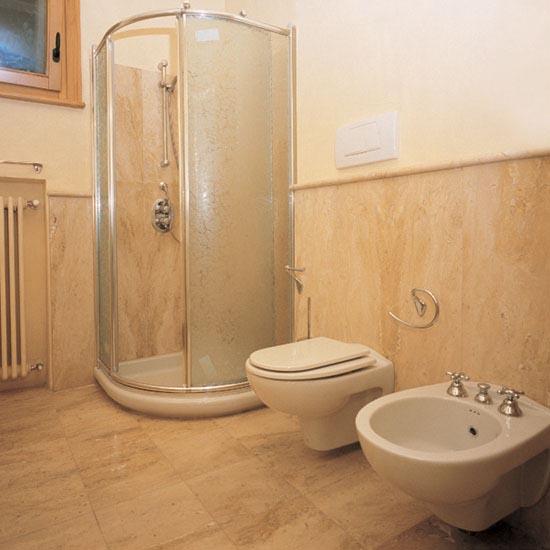 Stanza da bagno realizzata in Travertino Scabas