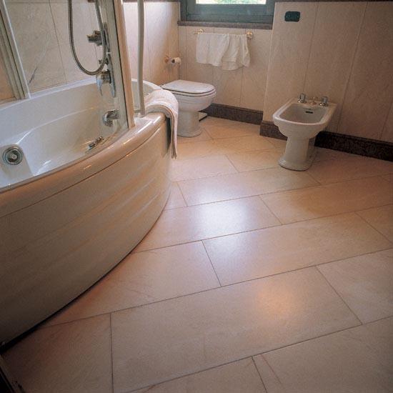 Stanza da bagno in Rosa Portogallo con zoccolino sagomato e listello di chiusura rivestimento in Rosso Asiago.