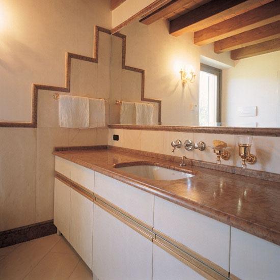 Stanza da bagno in Rosa Portogallo con top in Rosso Asiago e lavabo sottopiano