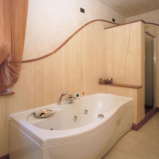 Stanza da bagno in Travertino Classico, Finiture in Rosso Asiago.