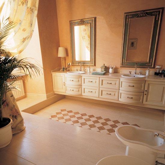 Stanza da bagno in Travertino Classico con tappeto intarsiato in Rosso Asiago e Travertino Classico.