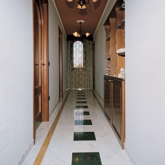 Pavimentazione corridoio in Bianco Carrara Gioia con Giallo Reale e Verde Guatemala