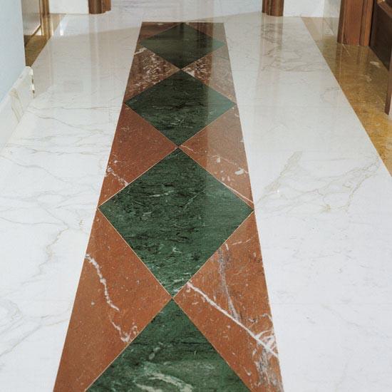 Fascia centrale di pavimentazione in Rosso Francia e Verde Guatemala