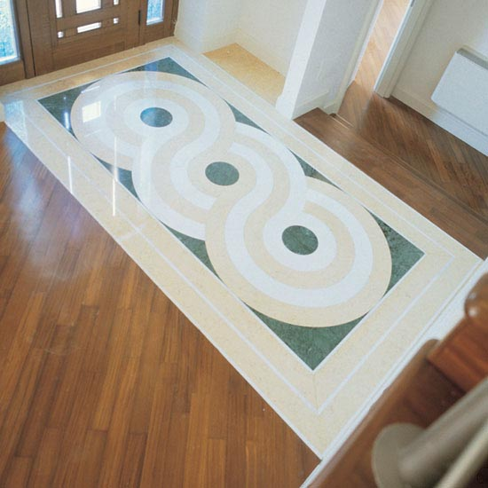Pavimentazione ingresso in marmo Giallo Orientale, Verde Guatemala e Bianco Carrara inserito nel parquet