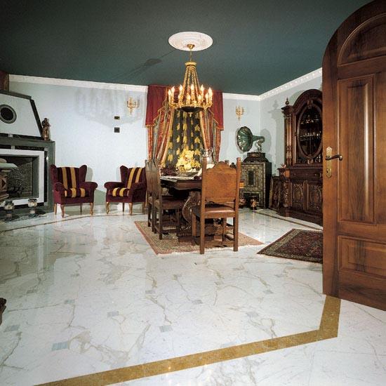 Pavimento in Calacatta con tozzetto in Bardiglio e fascia in Giallo Reale