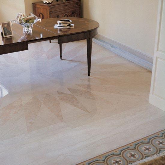 Raffinata pavimentazione in Botticino Classico con stella in Rosa Perlino e Botticino Classico
