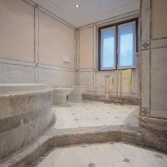 Stanza da bagno in marmo Bianco Avorio con particolari (gradino, rivestimento, vasca, top e colori) in Fiori di Pesco