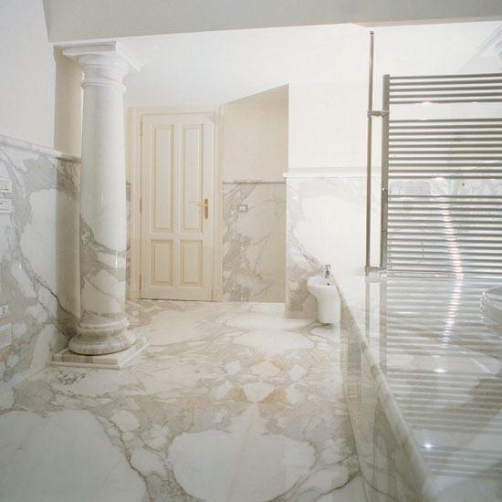 Spettacolare la stanza da bagno in marmo Calacatta posato a macchia aperta