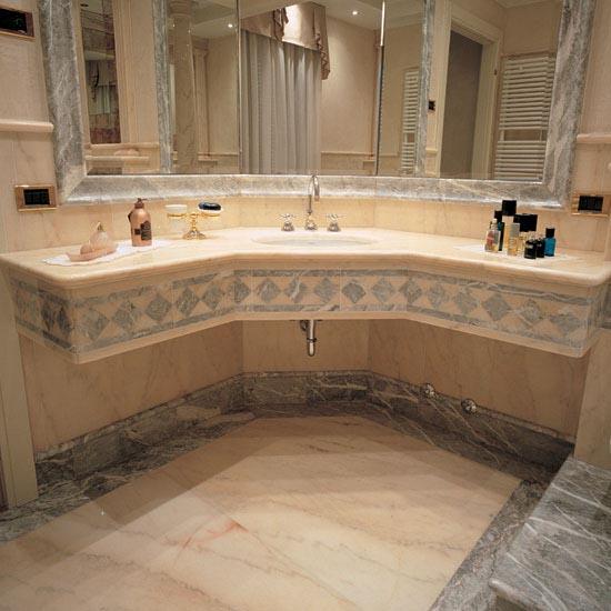 Stanza da bagno in marmo Rosa Portogallo e Fior di Pesco.